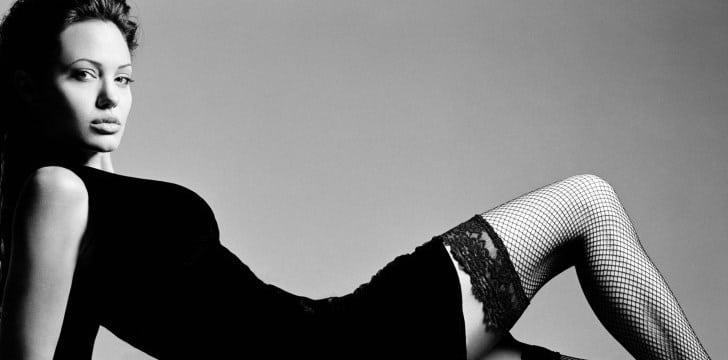 Angelina-Jolie-czarne-pończochy-białe-Celebrity-Dress-Aktorki-485x728