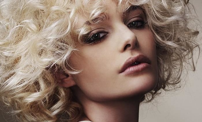 Hairstyles-for-Curly-Hair-Women-with-White-Hair-700x425